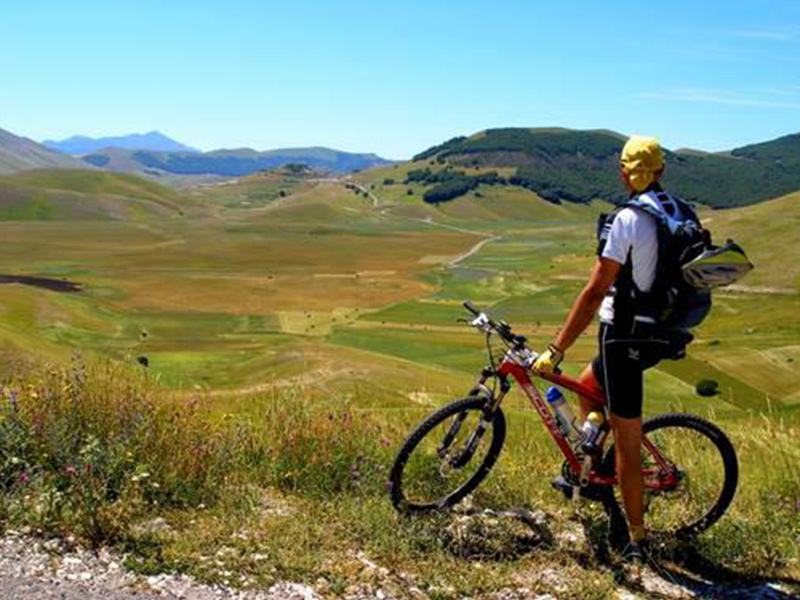Cicloturismo e mountain bike sui Sibillini Deltaplano e parapendio a Sarnano - Appartamenti Residence Il Glicine - Sarnano